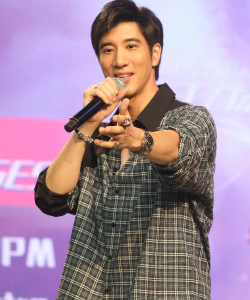 """王力宏在粉丝聚会上演唱《爱的就是你》,还频问大家""""有没有想我啊?"""""""