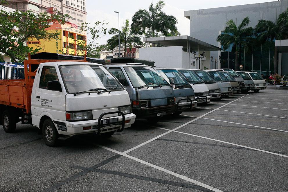 警方在逮捕行动中,起获嫌犯偷取的10辆客货车及罗厘。