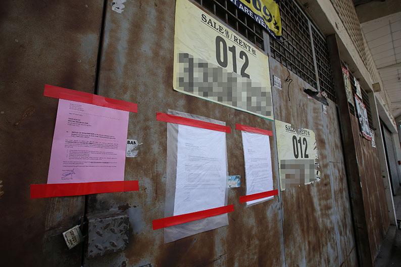 王小姐在廠房大門張貼告示,宣告停止租約要求租戶搬遷