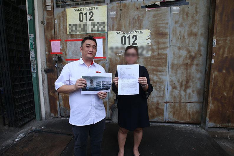 張健鋒(左)與王小姐出示報案紙與廠房租戶的挖礦機照片,她與業主已據此報案,將會採取後續法律行動。