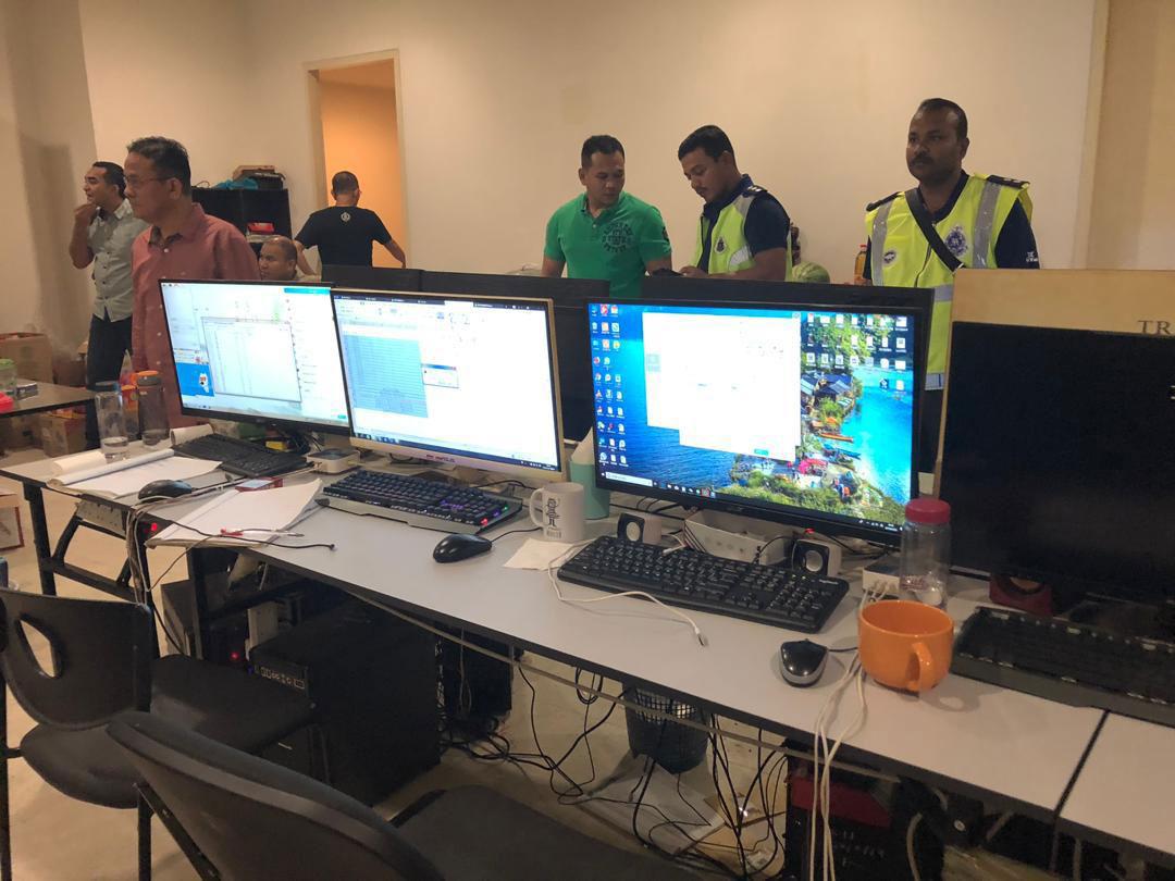 警方到场展开取缔行动,将嫌犯用以招募赌客的手机及电脑带返警区。