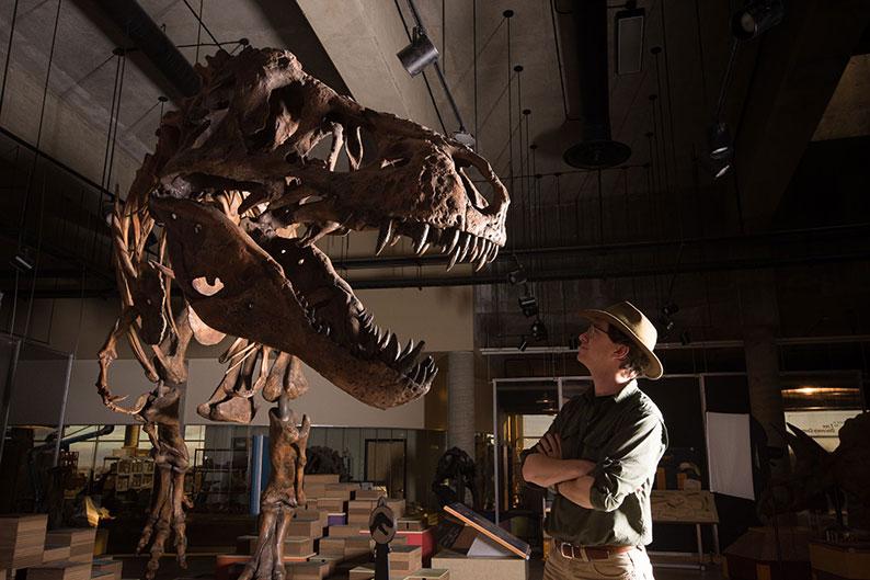 """加拿大阿尔伯塔大学生物科学系博士后研究员柏森斯,22日站在暴龙""""史寇提""""的骨架旁。"""