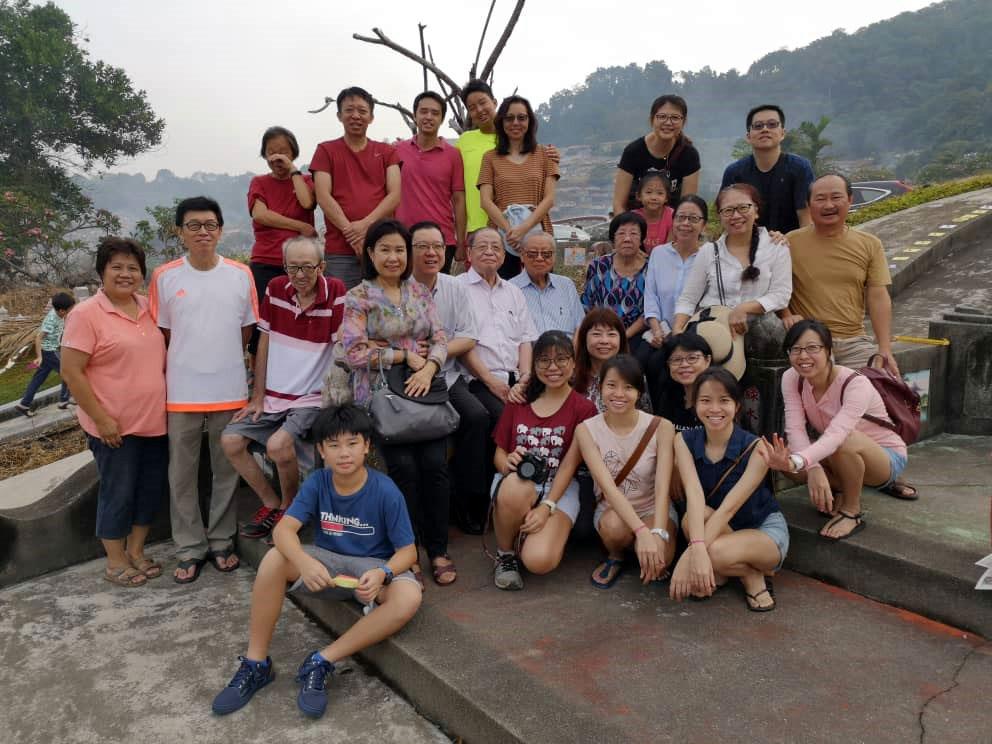 林吉祥父子回返峇株巴辖家乡,大清早与家族成员一起到海口路福寿山扫墓祭祖。