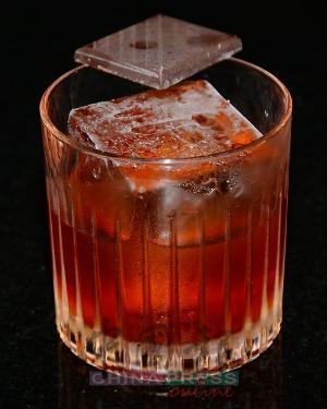 Decaf Negroni 以雞蛋澄清法過濾的無咖啡因咖啡,浸泡Los Danzantes Joven梅茲卡爾後,風味特別順滑,刺激感也變得柔和,再加入金巴利、可可甜酒、Mancino Rosso苦艾酒和鹽分,讓這杯變奏的Negroni更具層次感。