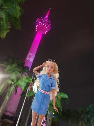 芭比「站在」亮起粉紅燈飾的吉隆坡塔,顯得分外嬌柔。