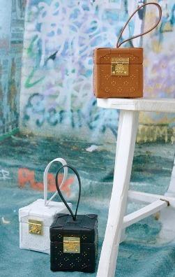 Lys Bag兼具個性與線條設計,重視迷人細節的鉚釘包,以及別緻的黑色皮革,即使是輕鬆配搭也不優雅氣韻。