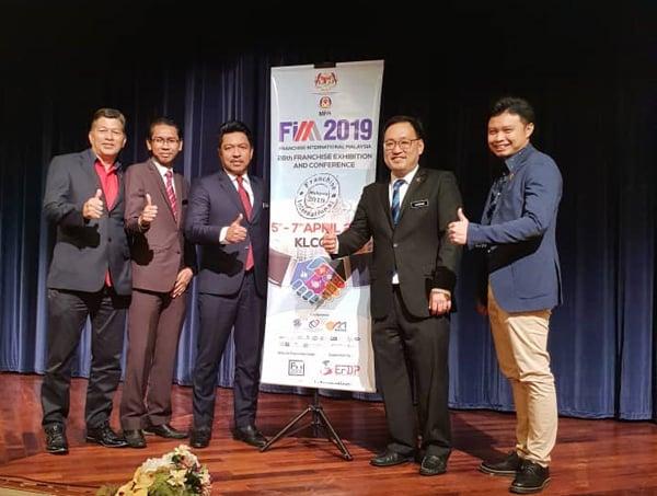 张健仁(右2)为2019年马来西亚国际特许经营商展(FIM 2019)主持新闻发布 会。左起为马来西亚特许经营协会秘书长莫哈末苏吉沙叻、贸消部总监杰斐安波、贸消部副秘 书长巴鲁希山及马来西亚特许经营协会副财政安南沙依利斯。