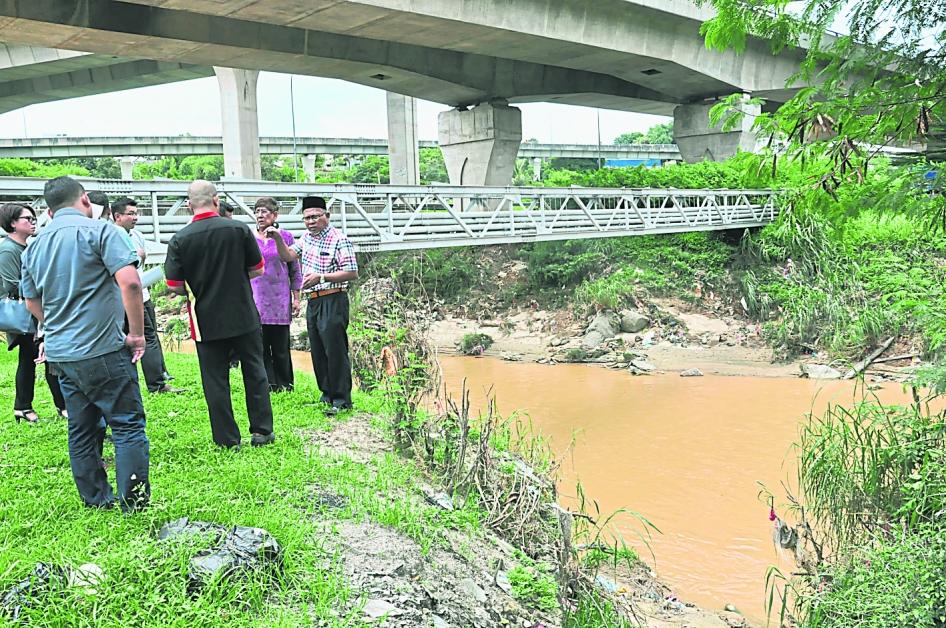 依斯迈阿末(右起)与玛丽约瑟芬下达指示给各单位官员,要求灵活处理应对紧急灾难问题。
