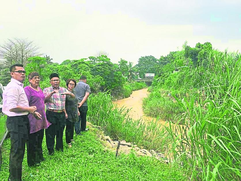 拉杭区6个甘榜住宅与芙蓉多个河流毗连,一旦滂沱大雨,水位迅速溢满,瞬间豪雨成灾。