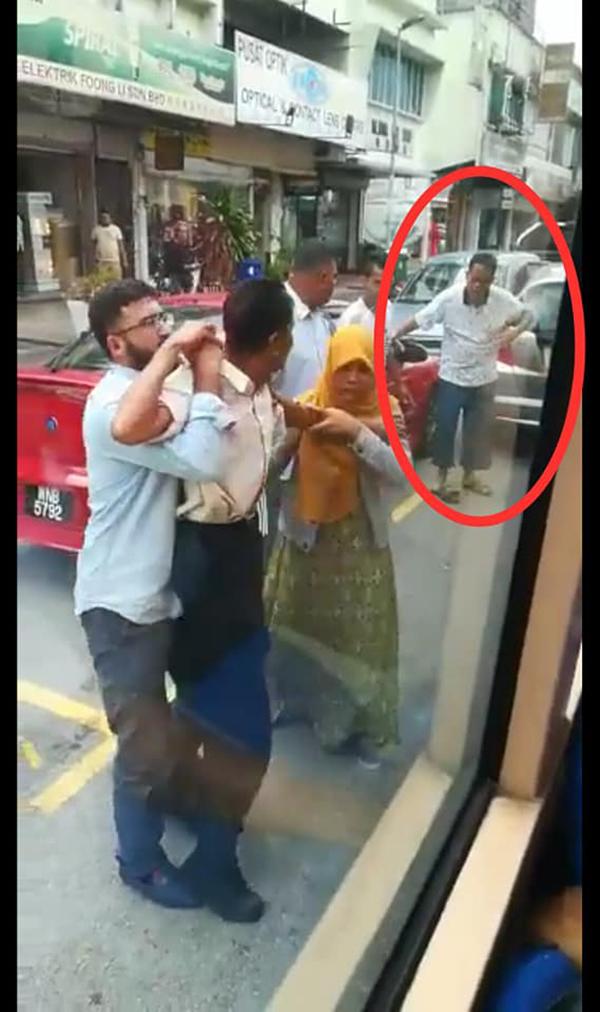 伤者欲反击但被公众制止,红圈为肇事者。