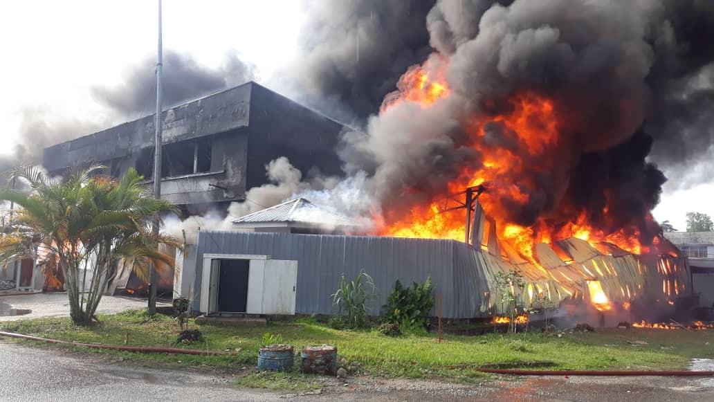 塑料厂发生火患后,火光冲天,厂内更不断冒出滚滚浓烟。