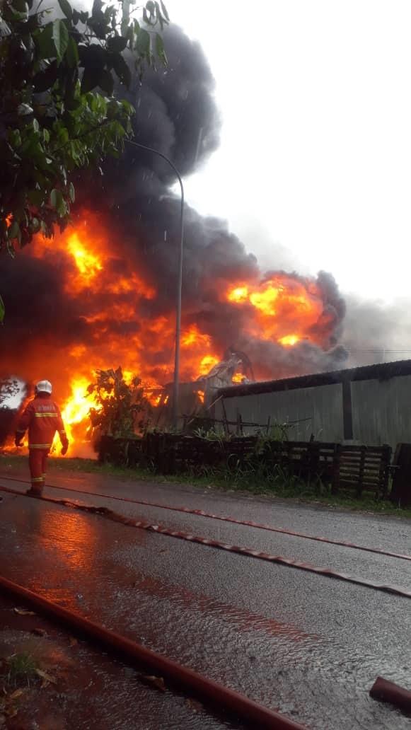 由于厂内有大批塑料物,造成灭火工作困难,消拯员最终在水槽车协助下成功灭火。