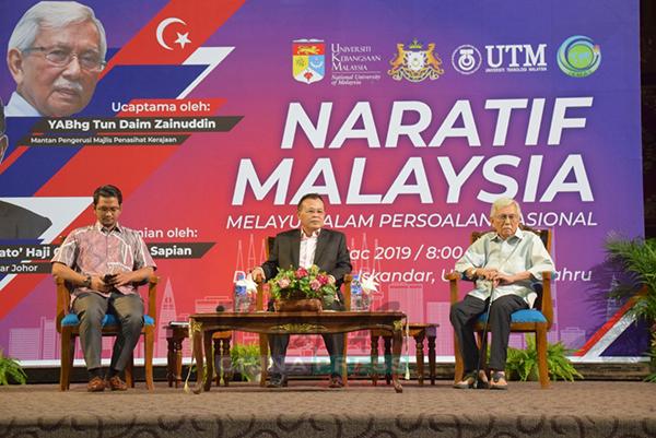 """达因(右起)、奥斯曼及谢奥马出席""""马来西亚故事—马来人在国家问题""""座谈会,针对有关马来人在国家问题做出回应。"""