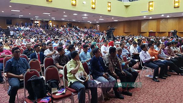 座谈会吸引约1500人出席,众人仔细聆听台上嘉宾的分享。