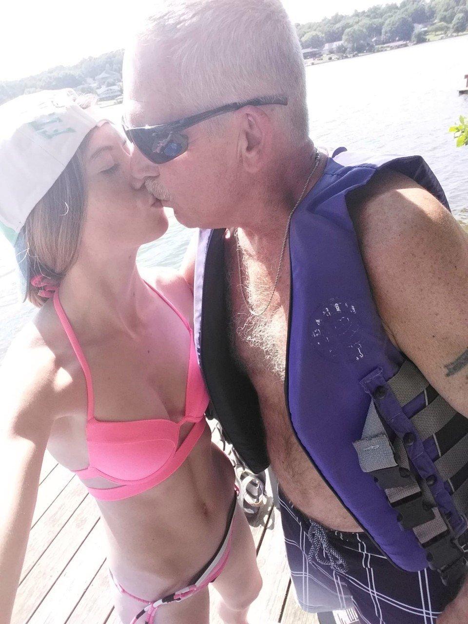 美国一名19岁女大生萨曼莎(Samantha Simpson)和62岁男子热恋一年后便闪婚。