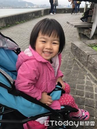 妹妹脸上的小肉瘤已经切除,2岁的她是个贴心的宝贝。