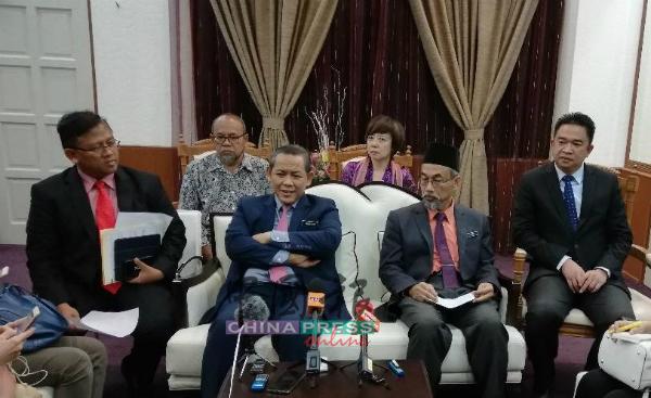 """阿米努丁(前排左2)公布""""食物银行""""计划的最新进展,左起莫哈末道菲、巴克里、张聒翔,后排右1为陈丽群。"""