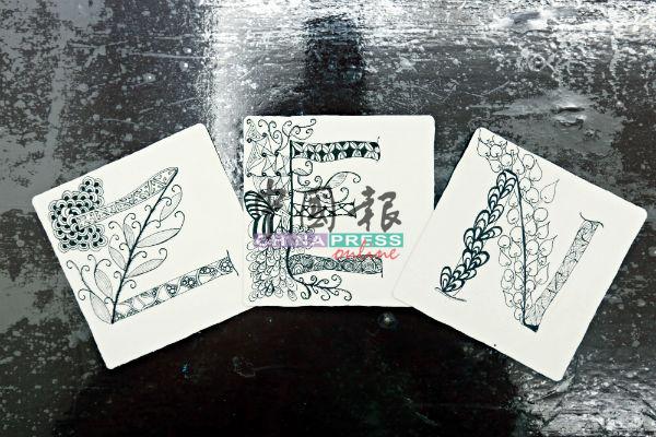 罗翊真把禅绕画图样衍生,用英文字母搭配禅绕画样式,研发出新的作品。
