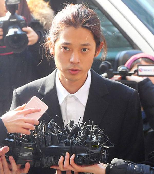"""郑俊英因""""黄金手机""""收藏了偷拍的性爱影片而卷入腥闻。"""