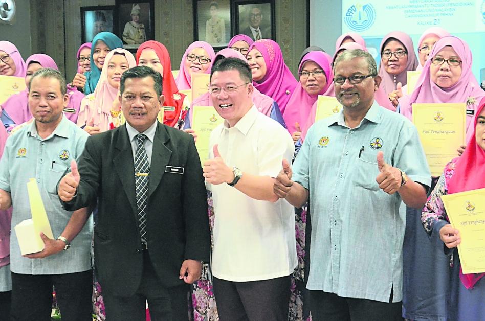 倪可敏(左3)与获得奖状的马来西亚半岛行政助理(教育)工会会员分享喜悦。左2起为韩丹及玛力代穆都。