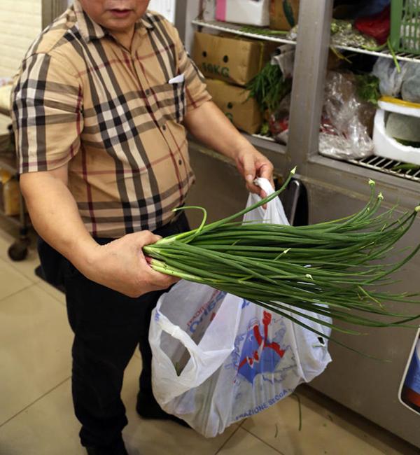 老板让记者查看冰箱和厨房,也出示冰箱内的青葱仍新鲜翠绿。
