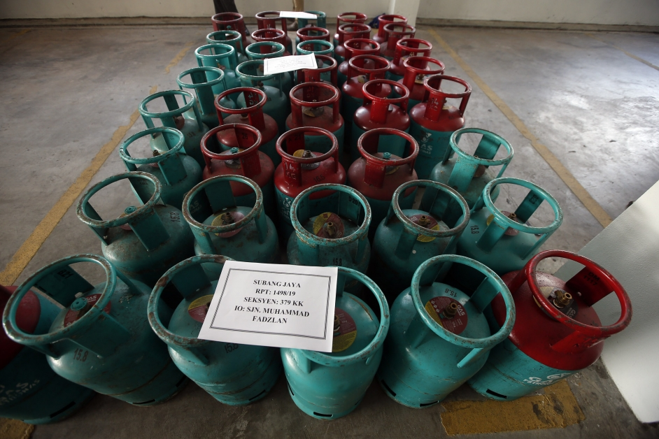 警方在一间废置工厂起回报失的43桶液化石油气桶。