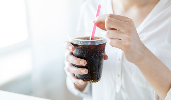 女友买可乐喝 交往7年男友骂她不持家