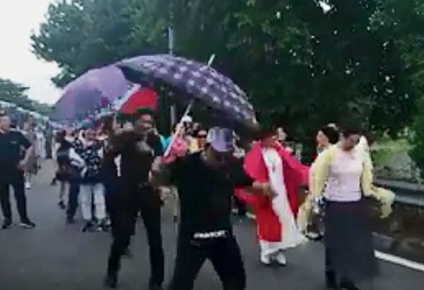 一些中国游客在马新第二通道关卡等得不耐烦,只好下车在路旁跳起广场舞。