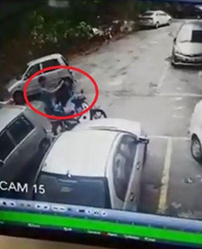 匪徒以衣服掩盖偷走的电箱。