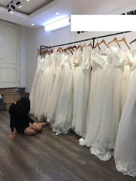 独留女子坐在婚纱店内痛哭。