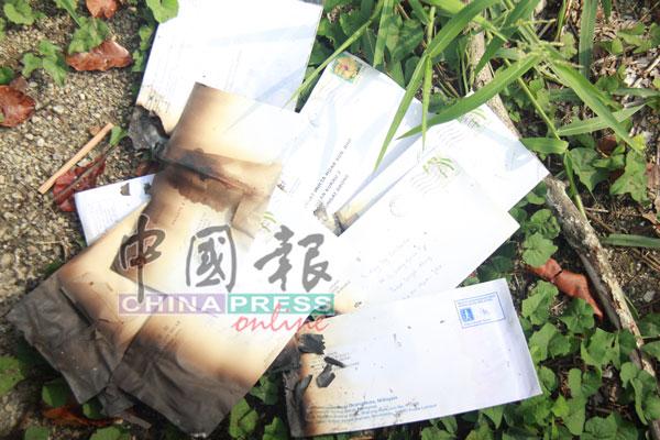 大量被丢弃烧毁的邮件信函,大部分邮址是准备寄致新加望地区。