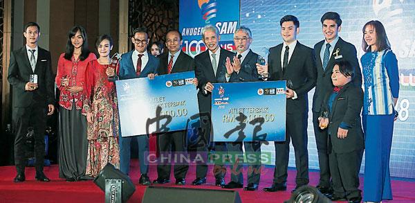 2018年体育撰稿人协会各奖项得主及嘉宾合照。左3为张俊虹,右为拍档潘德丽拉。