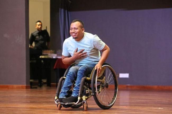 诺哈兹曼自创轮椅舞,还展现高难度的轮椅前轮离地平衡特技。