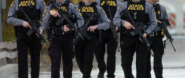 """警察全副武装持枪攻坚,结果发现到所谓的嫌犯,是台""""认真尽责""""的扫地机器人。"""