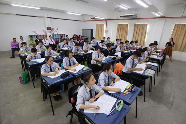 董教总及华文独中工委会被安排在教室里观课,了解关中生的上学情况。