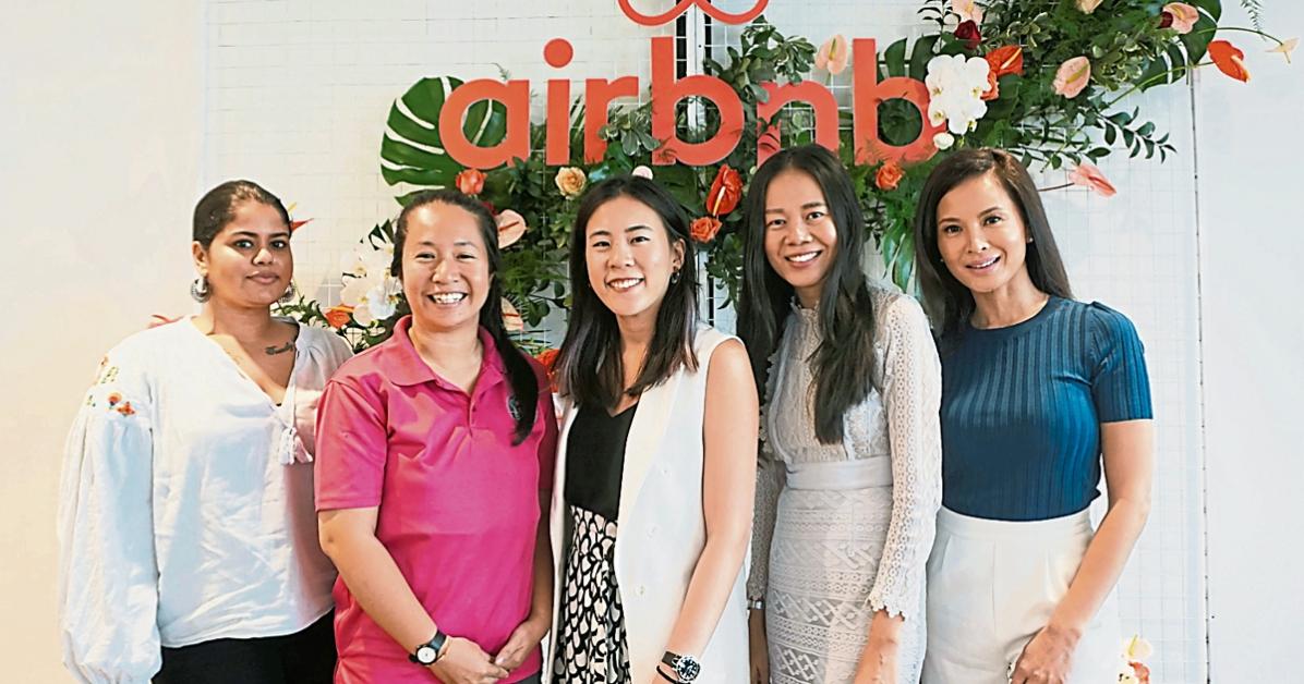 """亚里萨(左起)、沈美云、吴湘仪、刘艺苑和达芙尼(Daphne Iking)日前在""""女性的推动力:大马旅游业的增长""""小组专题讨论会上分享对Airbnb行业的看法。"""