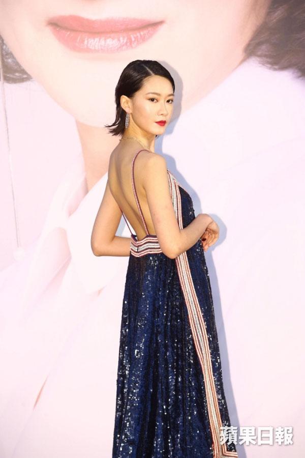大马籍演员廖子妤穿Valentino的deep V 深蓝闪片长裙,闪亮有动感。