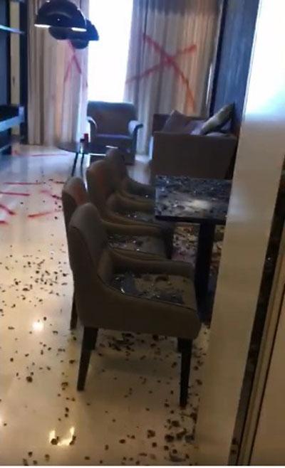 男子疑不满家具质量差,拿起铁锤把玻璃餐桌砸碎。