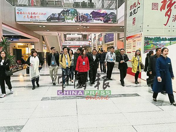 郭集福(右5)引领团员到义乌国际商贸城,视察商品市场情况。