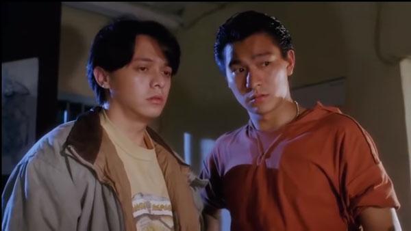 """黄斌(左)当年曾在《赌神》饰演""""刀仔""""刘德华的手下""""乌鸦""""。"""