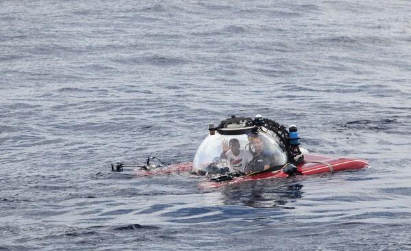 福尔乘坐透明潜水艇,准备从海面潜入海底。