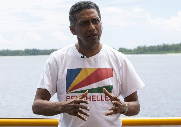福尔在岛接受美联社采访时发表讲话。