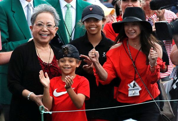 老虎全家主动,妈妈库蒂卡伍兹(左起)、儿子查理阿莱士、女儿桑阿莱士和女友伊莉卡赫曼,都在现场见证这一刻。(路透社)