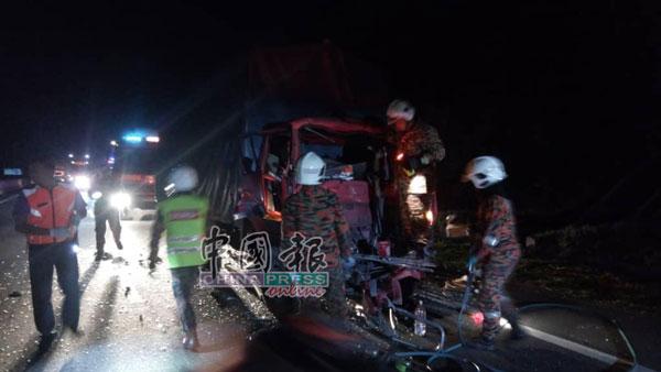 消拯员赶抵现场展开救援工作。