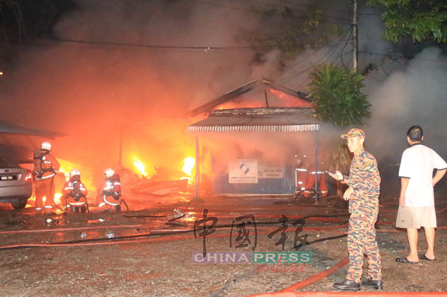 办公室的火势波及了旁边的23辆轿车,其中9辆轿车悉数被烧毁,办公室也被烧得殆尽。