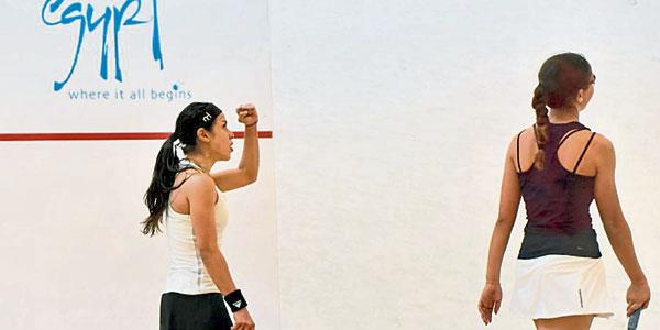 妮柯大卫(左)苦胜贾娜,取得次圈挑战老对手拉宁艾韦蕾莉资格。(SQUASHSITE网站图片)