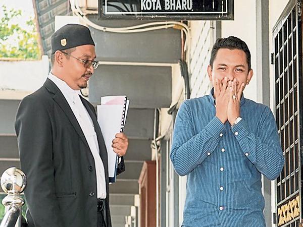 莫哈末費祖(右)滿意法庭裁判。