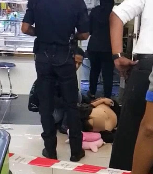 金店经理被匪徒枪杀。