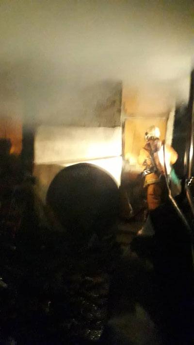 受召到场的消拯员立即展开扑火行动。