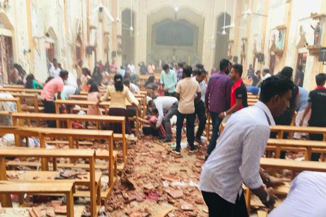 爆炸发生后,教堂一片凌乱,地上满布碎片和血迹。(互联网)